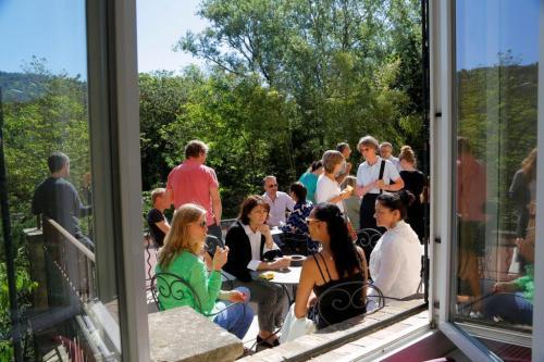 Kielikoulussa on mukava aurinkoterassi. Aikuisten kielikoulu Ranskassa.