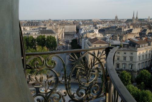 Kaupunkikuvaa historiallisen rakennuksen parvekkeelta Bordeaux.
