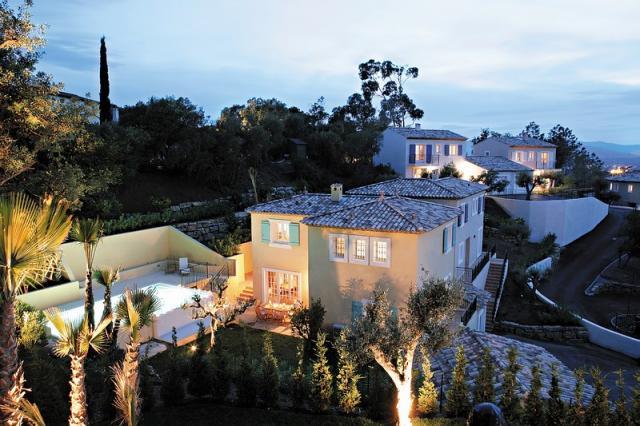 Talo Provencessa omalla uima-altaalla