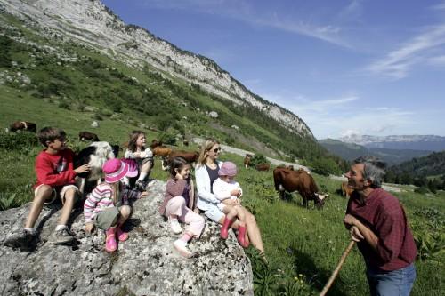 Patikoinnin lomassa Alpeilla voi rupatella paikallisen kanssa.