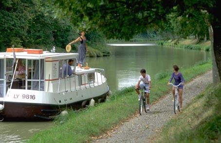 Pyöräillen tai jokilaivalla Languedocin alueella Ranskassa