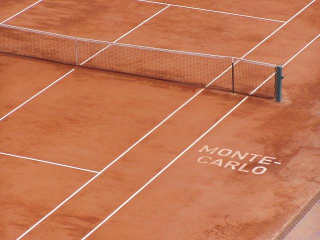 Monte Carlon tenniskentät sijaitsevat meren rannalla.