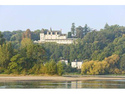 Linnoista upeat näkymät Loire-joelle.
