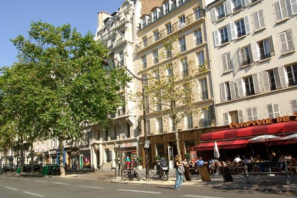 Pariisissa on leppoisaa tehdä kielikoulun läksyjä vaikkapa katukahviloissa Seinen varrella.