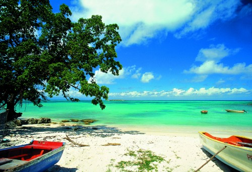Karibialla meri on turkoosi ja hiekka valkeaa. Klassista ja niin ihanaa. Kuva: Marie-Galante. Ph. Giraud, Guadeloupe.