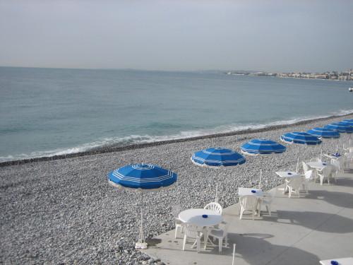 Nizzassa läksyt voi tehdä vaikka rantakahvilassa.