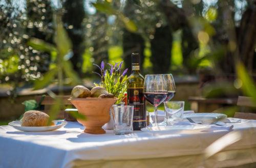 Lasi viiniä Toscanan auringon alla.
